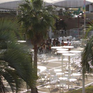 【ツーリング先の写真】鷲羽山ハイランドの定時イベントに向かうダンサーの人たち。